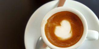 Il caffè macchiato prende il nome dalla macchia di latte versato nel caffè